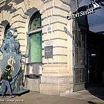 Greenpeace-Aktivist:innen protestieren mit Helvetia gegen Greenwashing des Schweizer Finanzplatzes