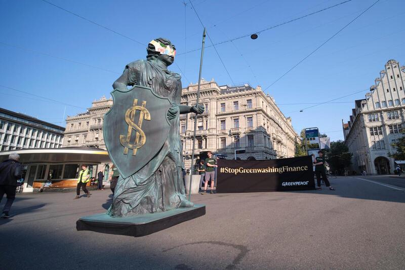 Greenpeace-Aktivist:innen protestieren in Zürich und Bern gegen Greenwashing des Schweizer Finanzplatzes