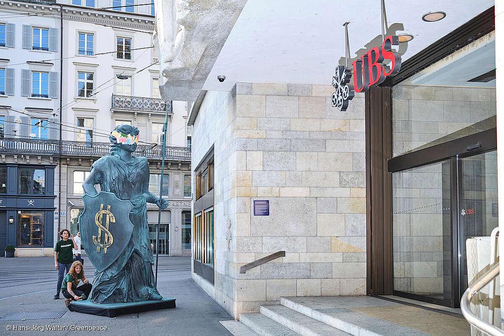 Helvetia proteste avec les militants Greenpeace contre le greenwashing de la place financière suisse