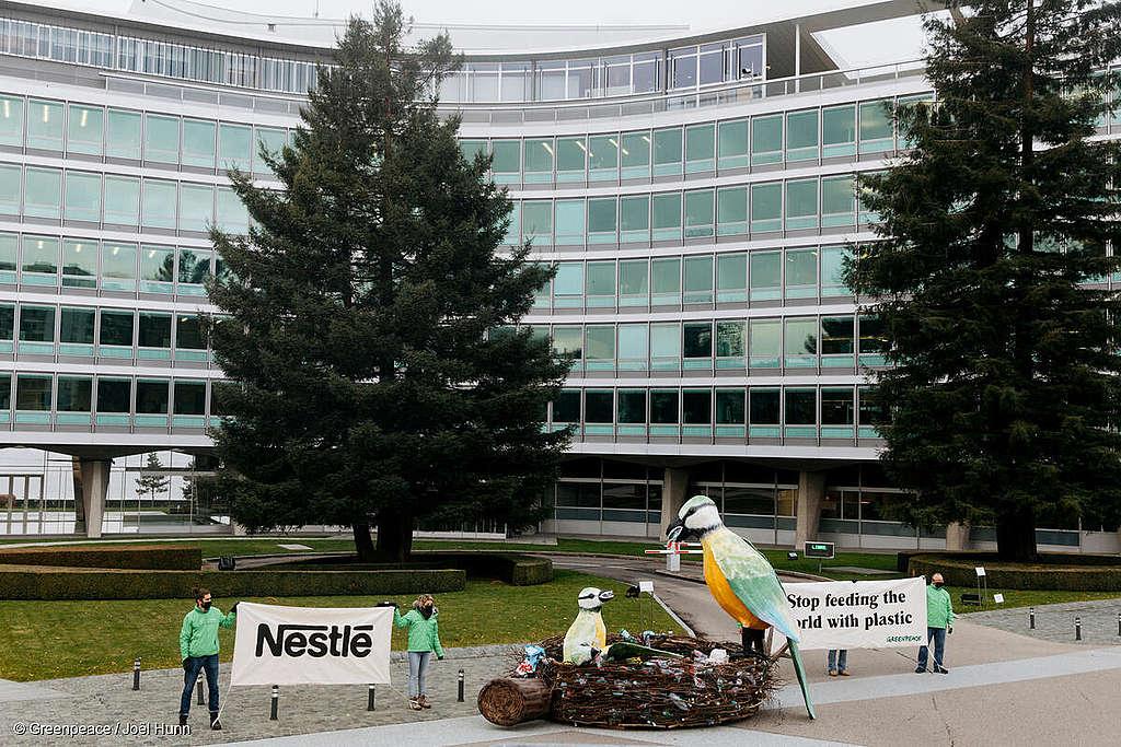Déchets plastiques de Nestlé: la planète y laisse des plumes